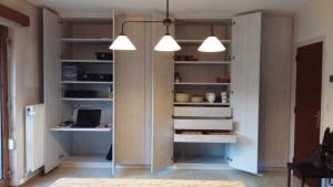 Ce placard a été réalisé dans le living avec un espace bureau intégré