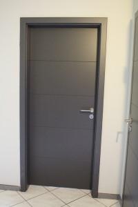 porte moderne laquée gris anthracite