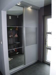 placard à 2 portes coulissantes avec 1 porte miroir en 3 parties et 1 porte à 3 panneaux