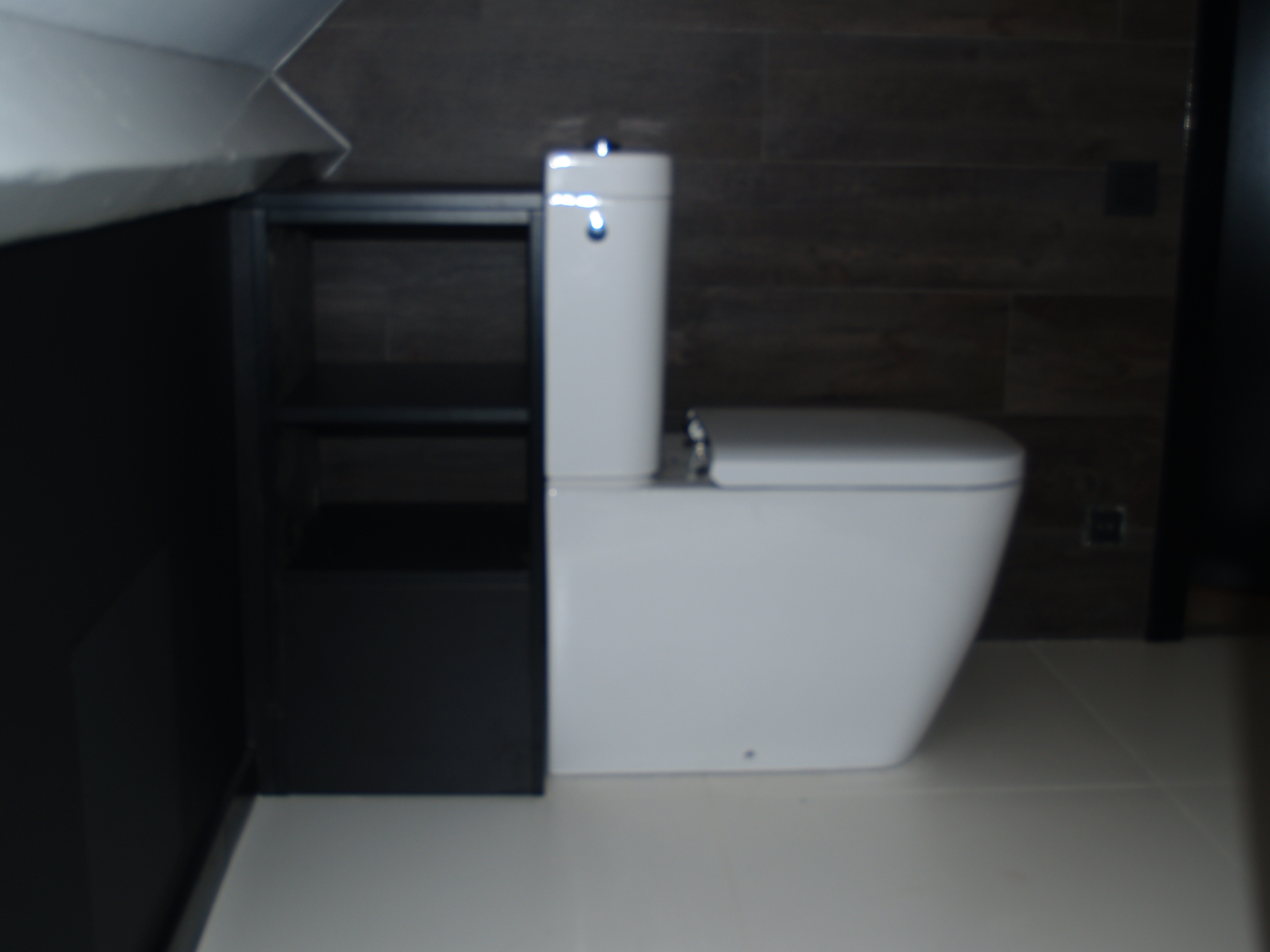 meuble de rangement en mlamin ton noir fabriqu sur mesure afin de cacher les tuyauteries larrire. Black Bedroom Furniture Sets. Home Design Ideas