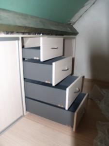 """Bloc tiroirs """"mansardé"""" avec tiroirs de profondeurs différentes suivant la pente du plafond"""