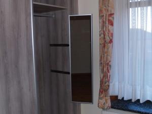 vue sur le miroir sorti du meuble , il peut également pivoter vers la gauche ou la droite