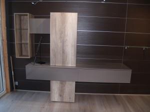 meuble TV design suspendu en partie ton bois et en partie ton unis brillant